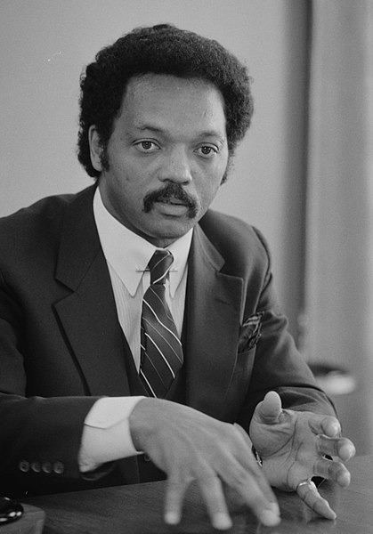 Bestand:Jesse Jackson, half-length portrait of Jackson seated at a table, July 1, 1983.jpg