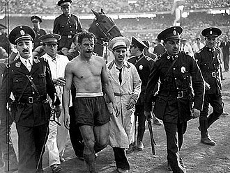 José Manuel Moreno - José Manuel Moreno retiring from field after a match between River Plate and Independiente, in 1947.