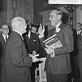 KNVB op Paleis Soestdijk ontvangen, voorzitter Schroder overhandigde prins Bernhard, Bestanddeelnr 917-2282.jpg