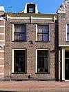 foto van Pand met gevel tussen hoekpilaster en façade van nr 41. met gebogen geprofileerde kroonlijst met gesneden consoles (vormt een geheel met de nrs. 41 en 43)