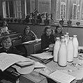 Kinderen krijgen melk op school, Bestanddeelnr 901-4808.jpg