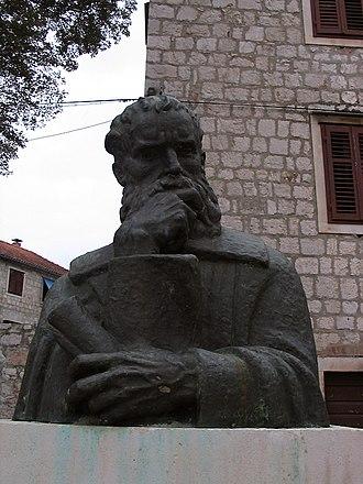 Petar Hektorović - A statue of Petar Hektorović in front of Tvrdalj in Stari Grad