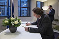 Koenders tekent condoleanceregister Franse ambassade (5).jpg