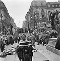 Kranslegging door bevrijde Franse politieke gevangenen op het graf van de Onbeke, Bestanddeelnr 900-2598.jpg
