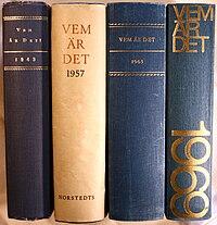 Vige tilbagerne på fire udgaver af Hvem er det.   Beskyttelsesomslaget på årgang 1957 er blevet bevaret.