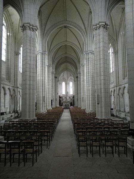 Vue vers l'orient de la nef principale de la collégiale du Puy-Notre-Dame (49).