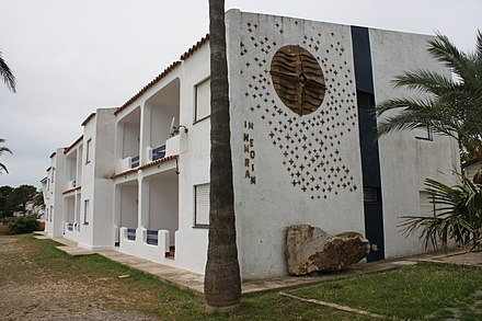 memorial site on the side of a building at the campground Los Alfaques Gedenken.jpg
