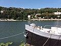 Lyon 2e - Quai Rambaud - Tête de péniche et vue sur La Mulatière et Sainte-Foy.jpg