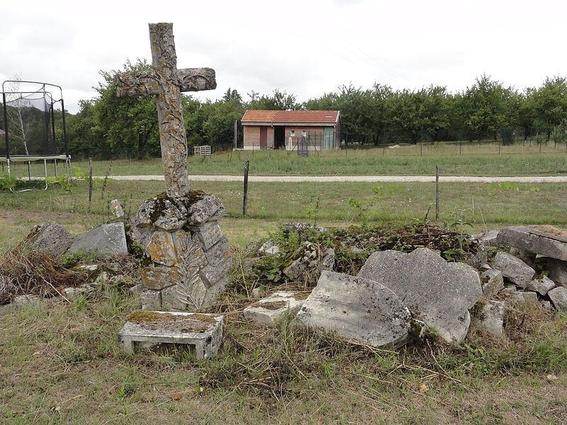 Méligny-le-Petit (Meuse) croix de chemin, fait de vestiges de stèles du cimetière