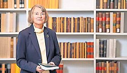Martina Hartmann vor Bücherregal.jpg