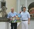 Matthias Laurenz Gräff überreicht ein Gemälde von Schloss Kornberg an den Besitzer Andreas Bardeau.JPG