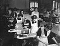Meisjes krijgen les in strijken op de Amsterdamse Huishoudschool, Bestanddeelnr 903-0509.jpg