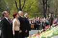 Ministru prezidents Valdis Dombrovskis noliek ziedus pie Brīvības pieminekļa (7141677379).jpg