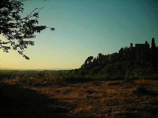 Montelifrè al tramonto visto dalla strada per Montisi