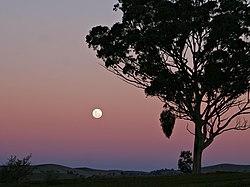 Croyances et mythologies LA LUNE 250px-Moon_and_red_blue_haze