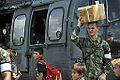 Moradores de Paricatuba acompanham os militares que estão na região para os treinos da Operação Amazônia (8021588510).jpg