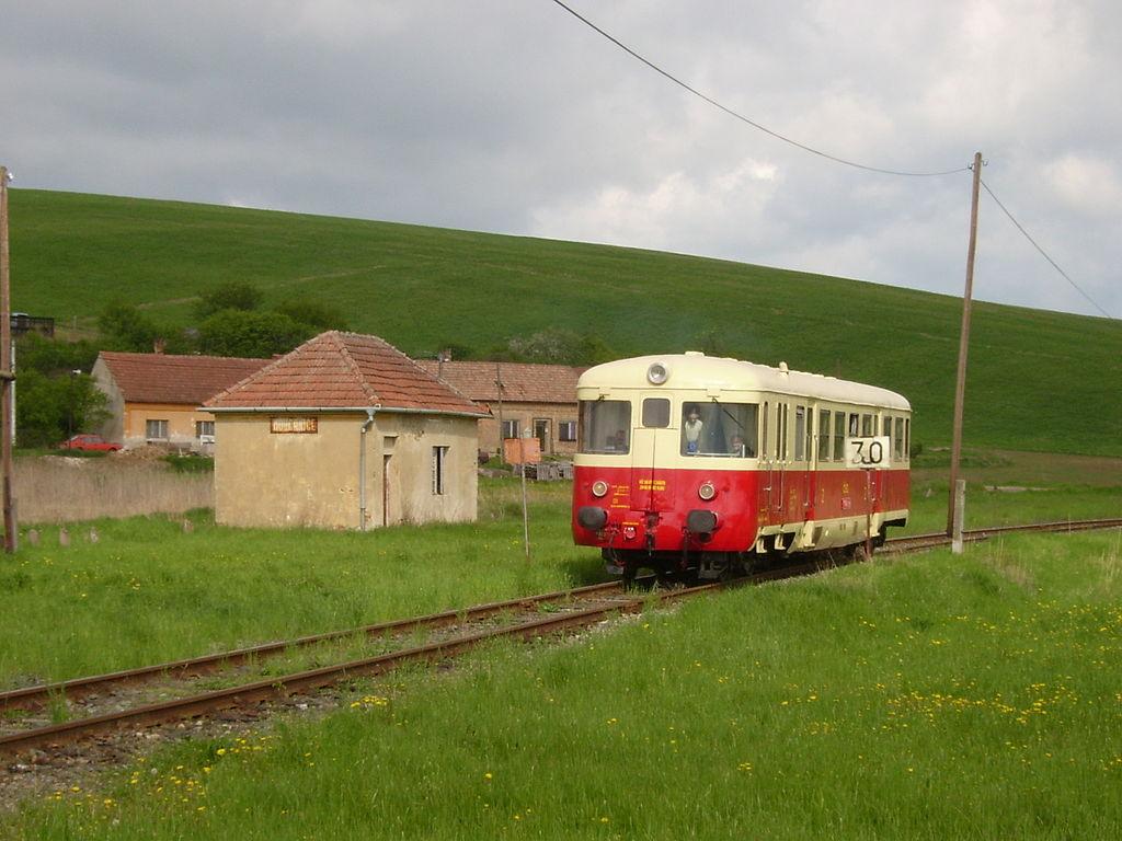 Источник: https://commons.wikimedia.org/wiki/Category:CZ_Class_820#/media/File:Mouchnice_station.JPG
