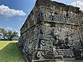 Mural del debate, con relieves de deidades. Xochicalco.jpg