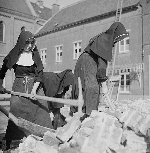 Nonnen werken met houwelen, Bestanddeelnr 191-1162