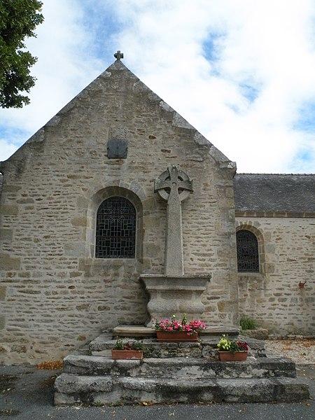 Croix et cadran solaire de l'église de Noyalo.