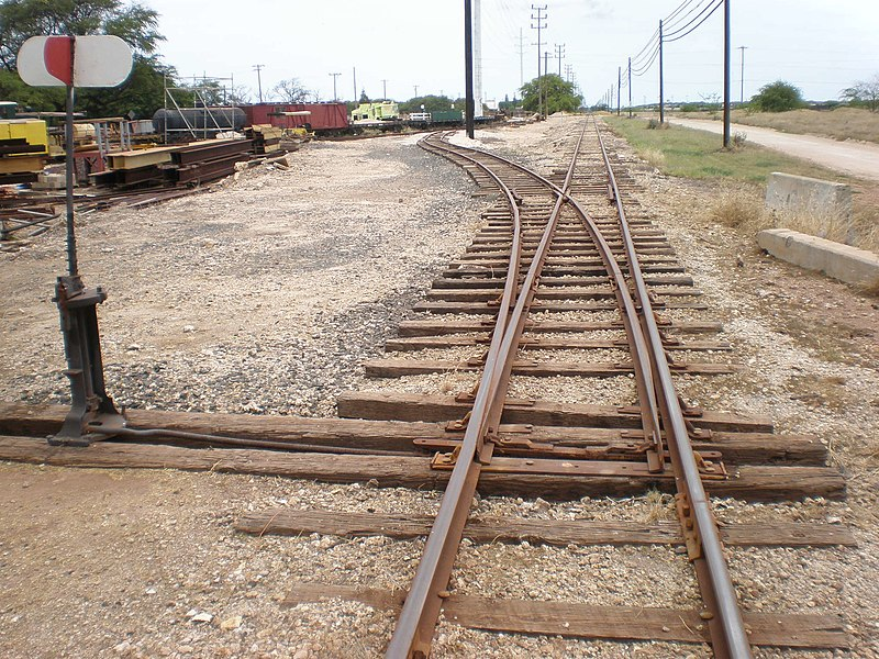 File:OahuRailway&LandCo-switchtrack-signal.JPG