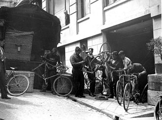 1930 Tour de France - Image: Onderhoud tijdens rustdag Taking care of the bicycles during a rest day