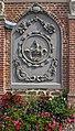 Oxelaëre.- Porche de l église Saint-Martin, relief de Ste Cécile.jpg