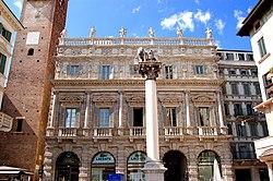 Palazzo Maffei e il leone marciano in piazza Erbe