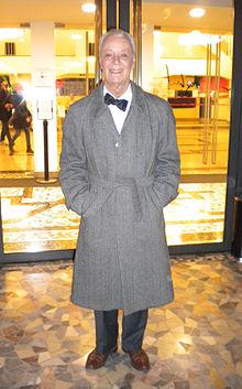 Poli all'uscita del Teatro dell'Elfo, Milano, nel 2013