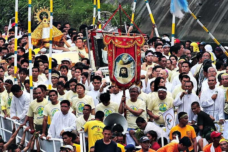 Праздничная процессия по реке возвращается в храм Богородицы Пеньяфранция