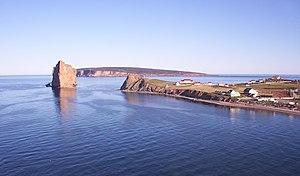 Percé-Felsen und Ort Percé, im Hintergrund die Île Bonaventure