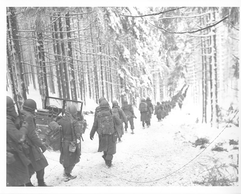 Amerikanska soldater på flykt undan tyskarna vid Ardenneroffensiven