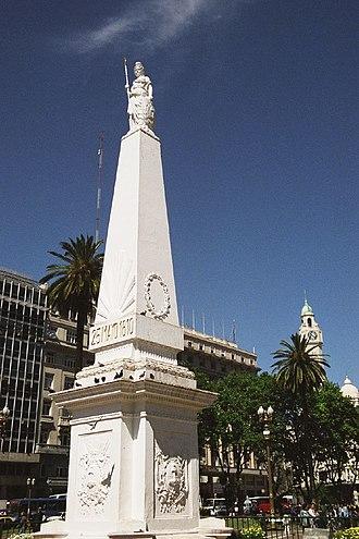 Pirámide de Mayo - Pirámide de Mayo, July 2005.