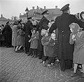 Politie vormt een cordon voor de toeschouwers op het plein van Slot Amalienborg , Bestanddeelnr 252-8671.jpg