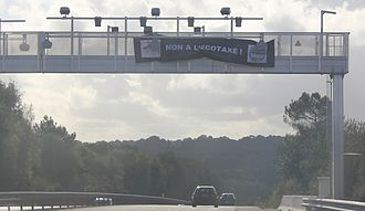 """Bonnets Rouges - An anti-tax sign affixed to an """"ecotaxe"""" gantry a few days before it was destroyed"""