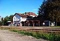 Praha-Veleslavín, nádraží, budova přes kolejiště.jpg