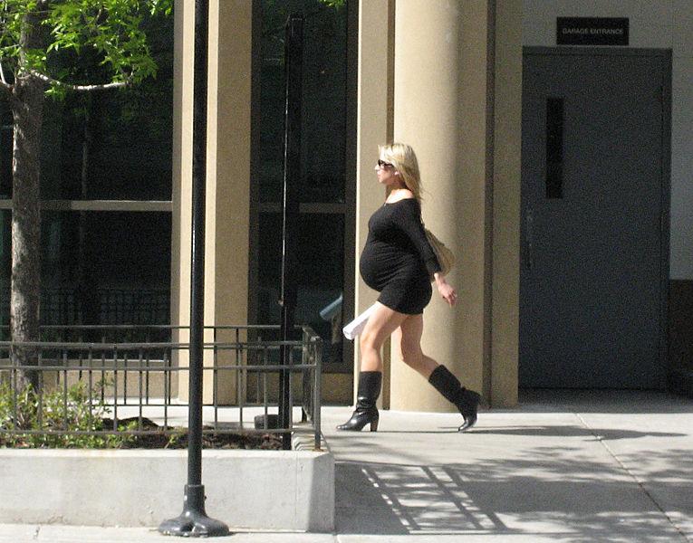 kobieta w ciązy w krótkiej sukince