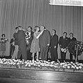 Premiere van de verzetsfilm De Overval in Tuschinski. Bloemen worden uitgereik, Bestanddeelnr 914-6328.jpg