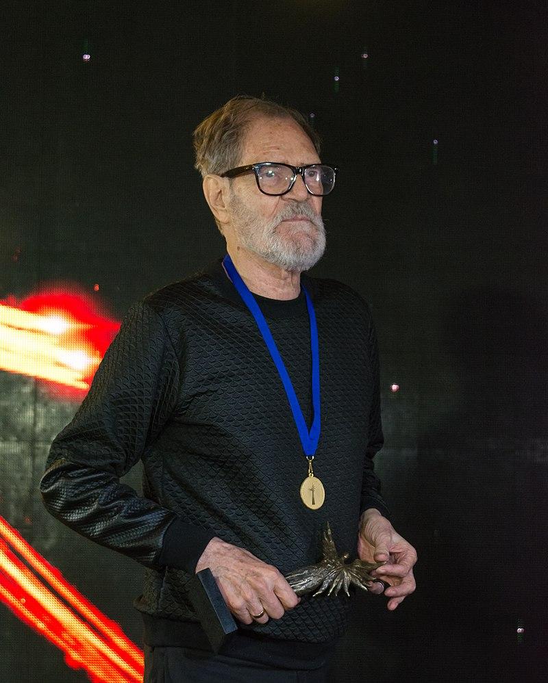https://upload.wikimedia.org/wikipedia/commons/thumb/0/06/Premios_Caleuche_2019_-_2019-01-22_-_26.jpg/800px-Premios_Caleuche_2019_-_2019-01-22_-_26