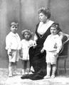 Princesa Beatriz y nietos.png