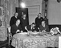 Prins Bernhard (midden) terwijl hij de overeenkomst tekent, Bestanddeelnr 918-4349.jpg