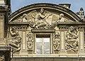 Reliefs cour carrée à droite du pavillon de l'Horloge en haut.jpg