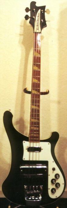Un basso elettrico Rickenbacker modello 4001.