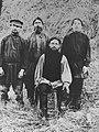 Russischer Photograph um 1880 - Ein Bauer mit seinem Sohn und zwei Lohnarbeitern (Zeno Fotografie).jpg