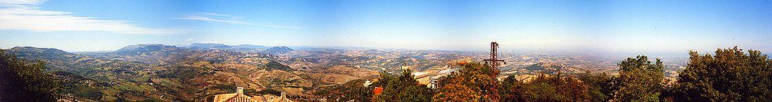 Weitwinkelblick von San Marino nach Norden
