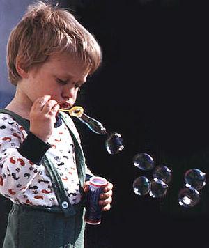 Исследователи обнаружили, что, пропуская электрический заряд через мыльный пузырь, они увеличивают продолжительность...