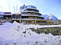 Sestriere, l'Hotel Shackleton dopo le nevicate di dicembre 2009 - panoramio.jpg