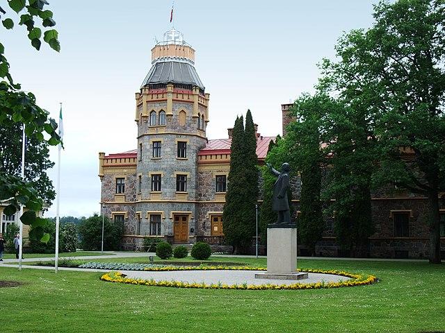 http://upload.wikimedia.org/wikipedia/commons/thumb/0/06/Sigulda-Neues_Schloss01.jpg/640px-Sigulda-Neues_Schloss01.jpg?uselang=ru