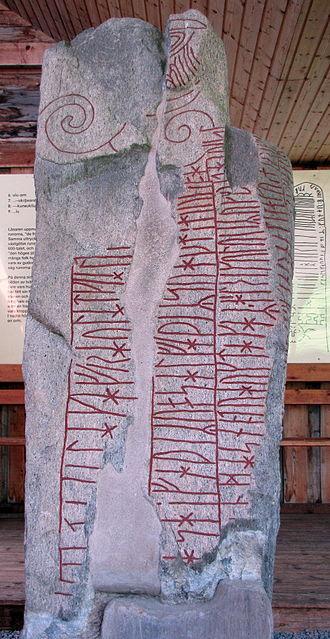 Sparlösa Runestone - Image: Sparlosa stone spirals face