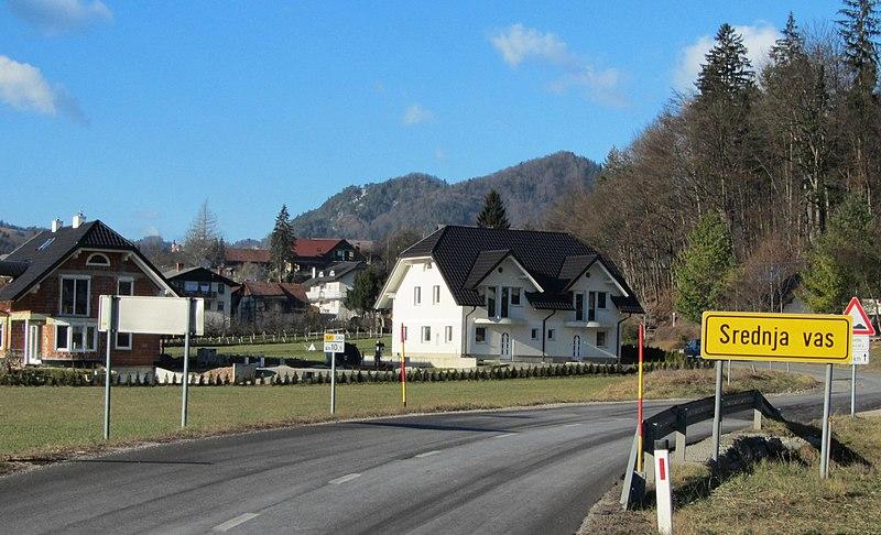 File:Srednja vas pri Polhovem Gradcu Slovenia.JPG